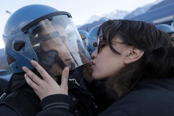 Итальянский полицейский обвинил девушку в сексуальном домогательстве за то, что она поцеловала его в каску