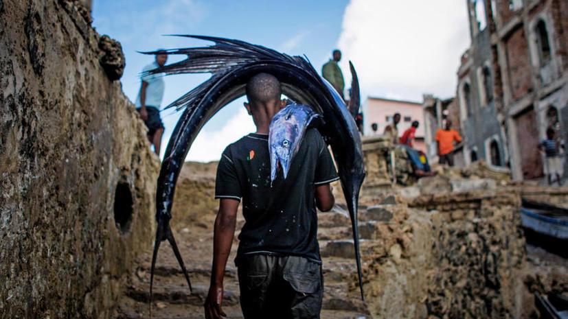 Рыбак из Сомали требует от французского правительства сотни тысяч евро за то, что он провёл в Париже пять лет