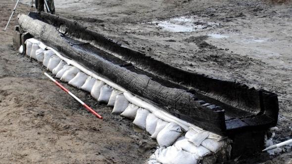 Британские археологи нашли на дне реки восемь сохранившихся лодок бронзового века