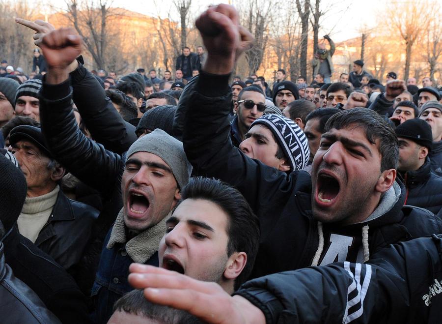 В Гюмри произошли столкновения между полицией и местными жителями