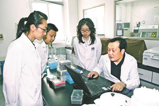В авангарде борьбы с эпидемией – Шу Юэлун