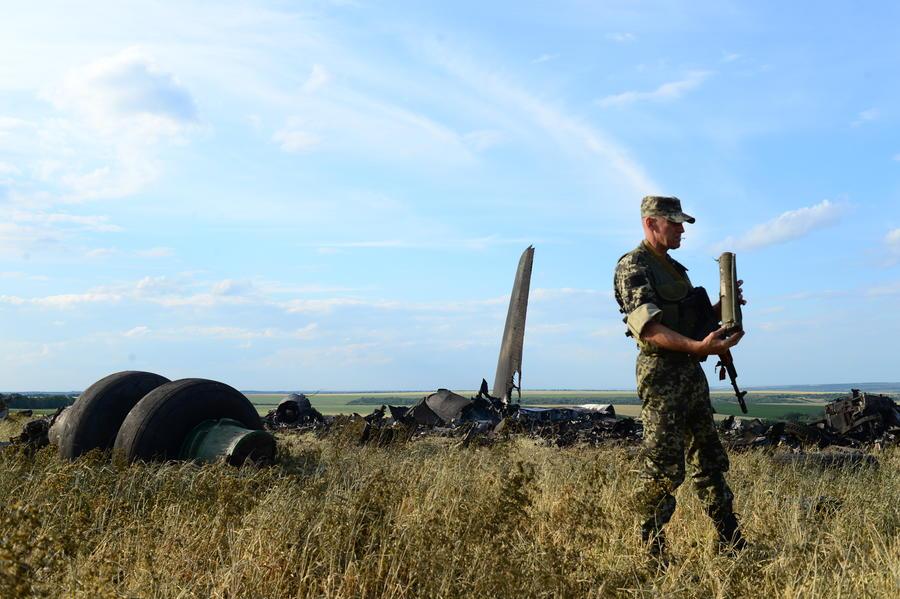 Блокированные в аэропорту Луганска днепропетровские военные готовы говорить о сдаче в плен
