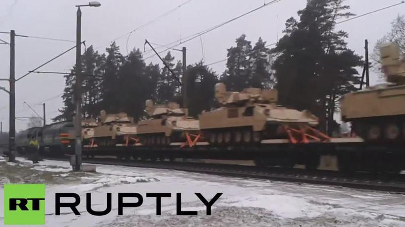 В СМИ появилось видео поезда, перевозящего в Латвии американскую бронетехнику