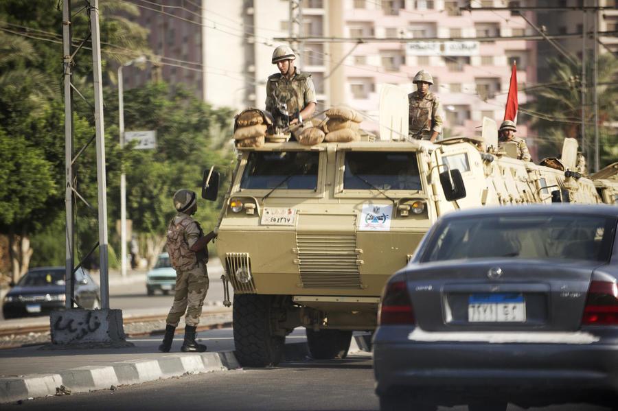 Египетские силы безопасности проводят зачистку в пригороде Каира, убит полицейский генерал