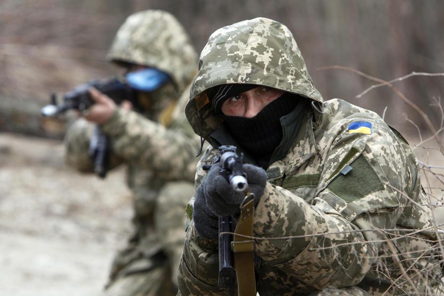 СМИ: Украинские военные нелегально вывозят оружие из зоны силовой операции в Донбассе