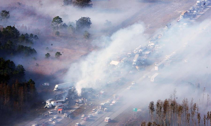 Три человека погибли в результате столкновения 75 автомобилей в США