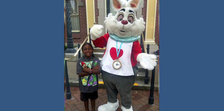 Белый кролик-расист из Диснейленда отказывается обнимать чернокожих детей