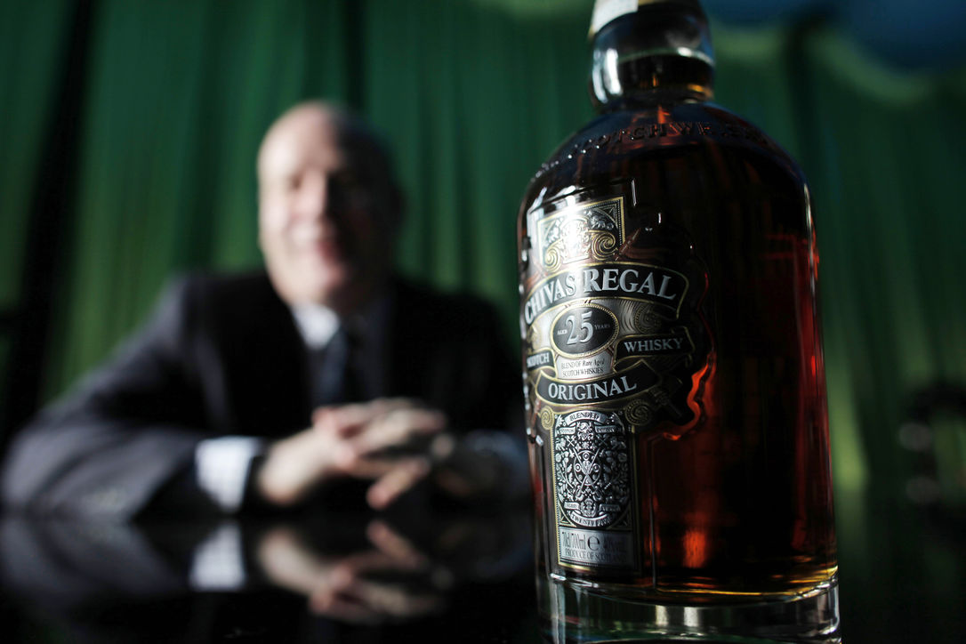 Работники винокурни Chivas Brothers спустили 18 тыс. литров виски в канализацию