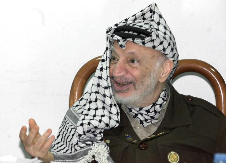 Палестинские власти достали тело Ясира Арафата из могилы