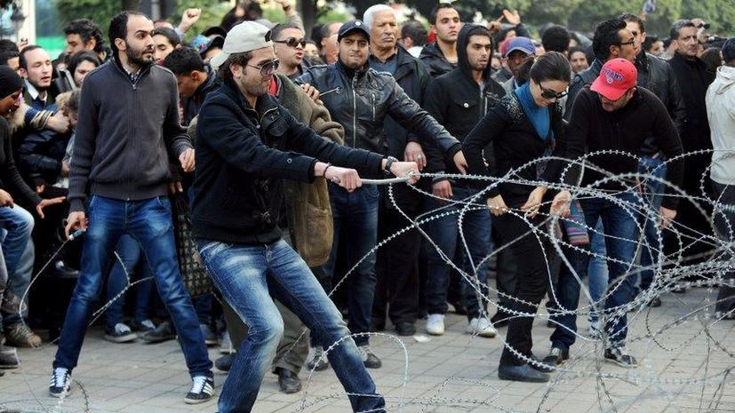 В Тунисе оппозиция приостановила работу в парламенте и призвала к всеобщей забастовке