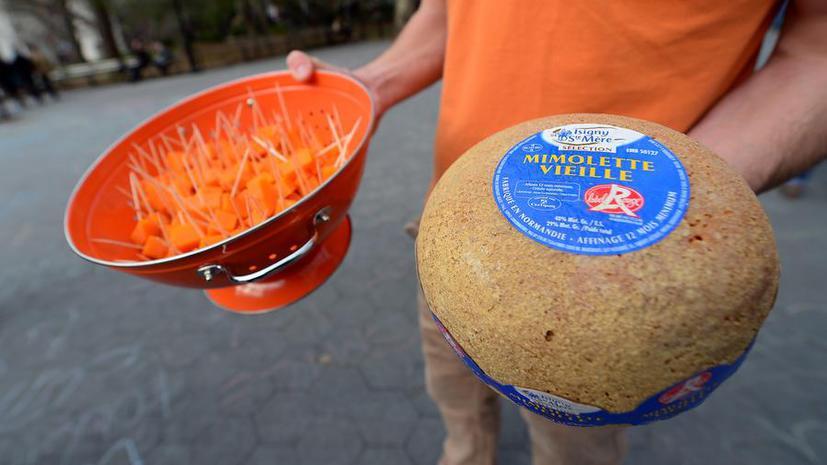 Жители Нью-Йорка встали на защиту французского сыра