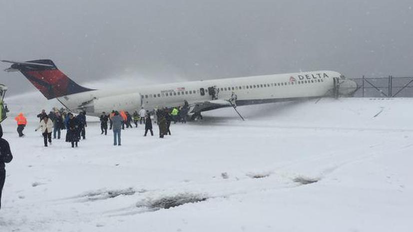 Снежная буря остановила работу транспорта и госучреждений в США