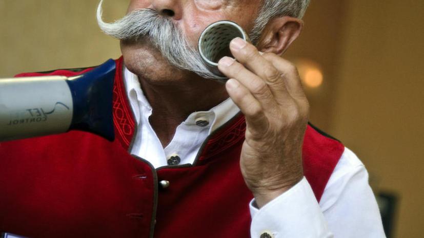 Британец судится с больницей из-за сбритых усов, которые он носил 70 лет