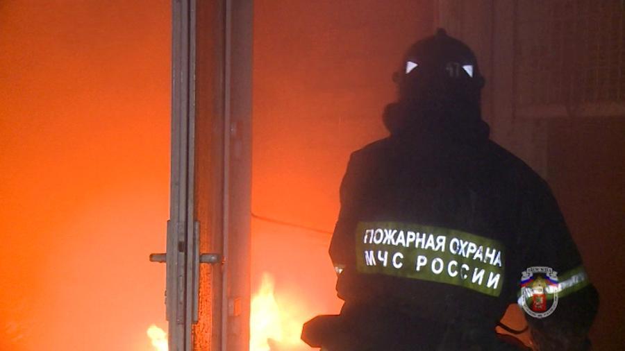 МЧС: В результате пожара в жилом доме на севере Москвы погиб человек