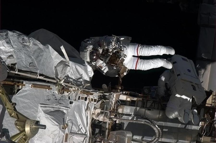 Российские космонавты успешно завершили выход в открытый космос