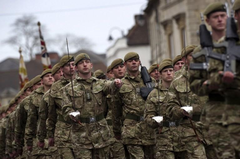 Великобритания вынуждена массово увольнять военных