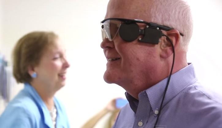Бионический глаз вернул зрение слепому мужчине