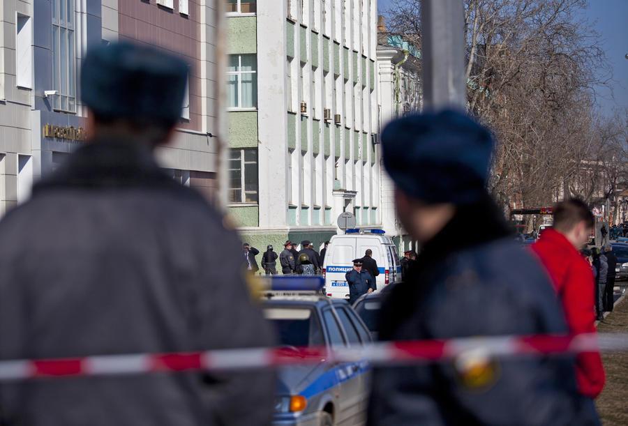 Вооружённый мужчина, захвативший заложников в белгородском банке, добровольно сдался