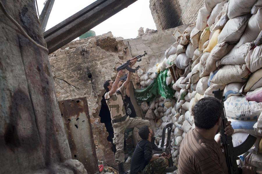 Сирийские оппозиционеры ведут бои друг с другом на границе с Турцией