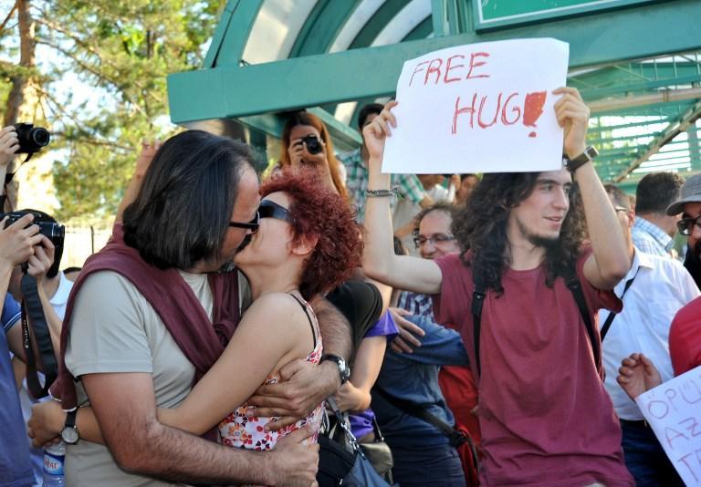 В Турции исламисты напали на целующихся активистов
