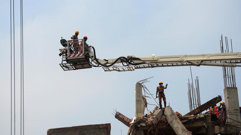 1 погибший, 4 спасателя госпитализированы после нового пожара на обломках фабрики в Бангладеш