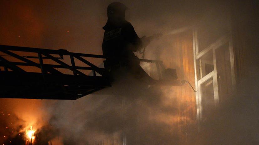 На горящем складе на западе Москвы произошёл взрыв