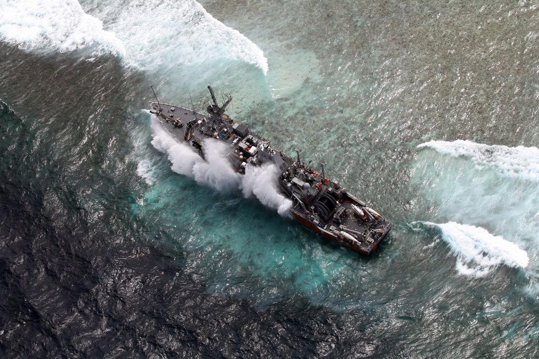 Военные моряки США не смогли снять с рифа корабль и теперь разбирают его на части