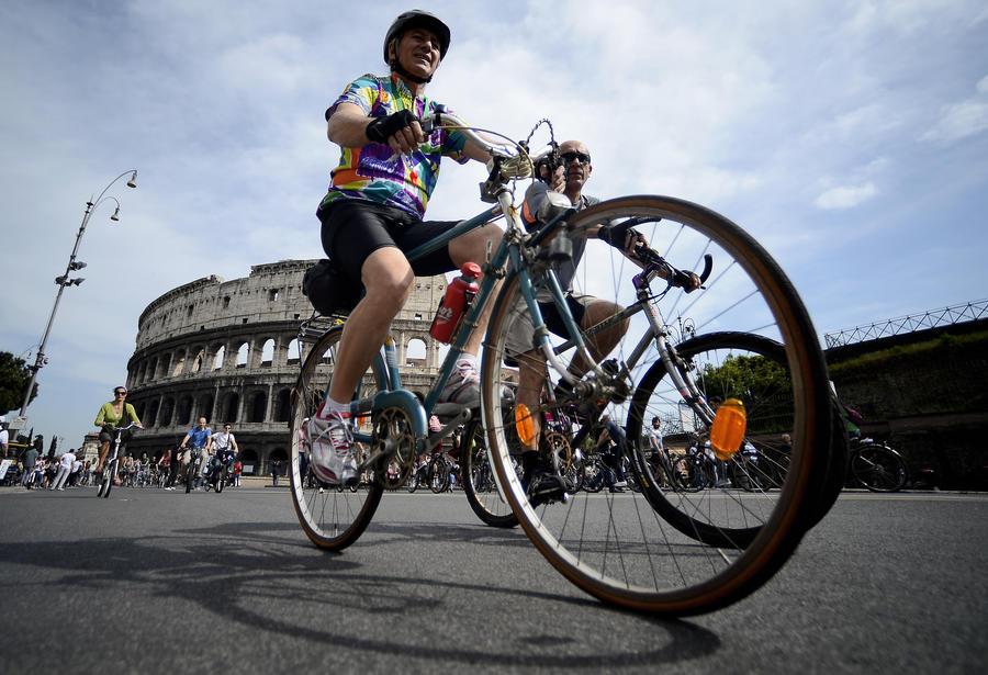 Новый мэр Рима пересадил своих телохранителей на велосипеды