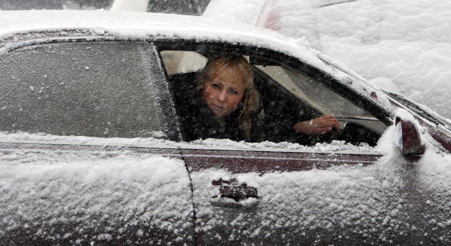 ГИБДД: Женщины попадают в ДТП из-за попыток накраситься за рулём