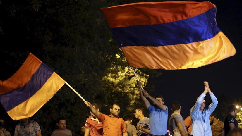 В Ереване полиция вновь вытеснила митингующих с проезжей части в центре города