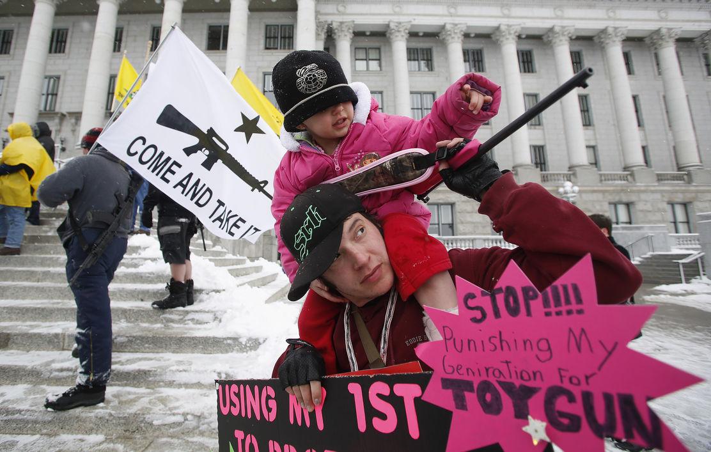 День сопротивления в США: десятки тысяч людей вышли на улицы отстаивать свое право владеть оружием
