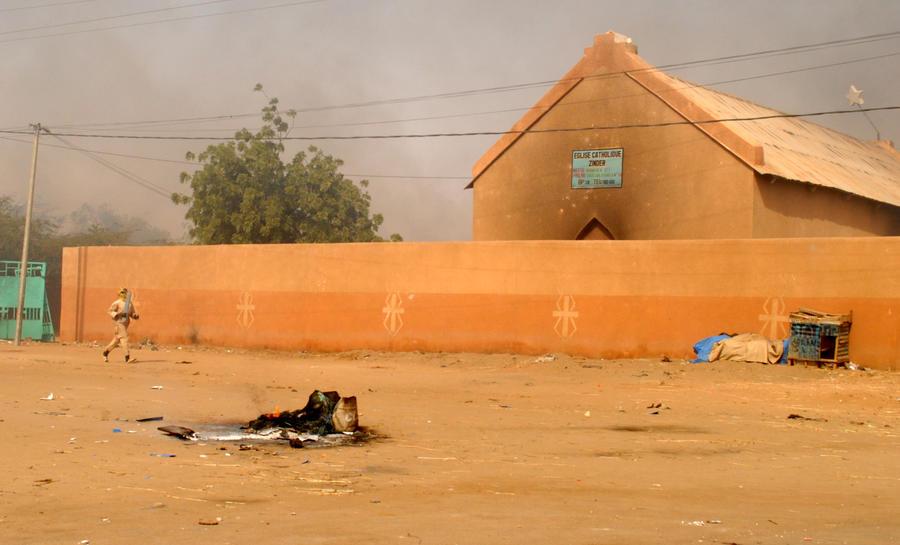 Участники акций протеста в Нигере сожгли несколько церквей