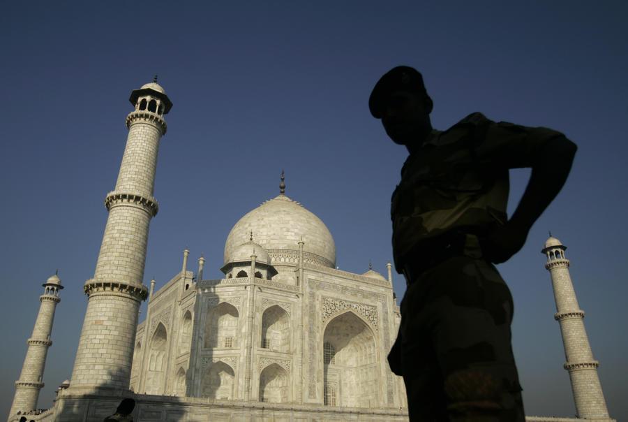 У мавзолея Тадж-Махал прогремел взрыв, погибли два человека
