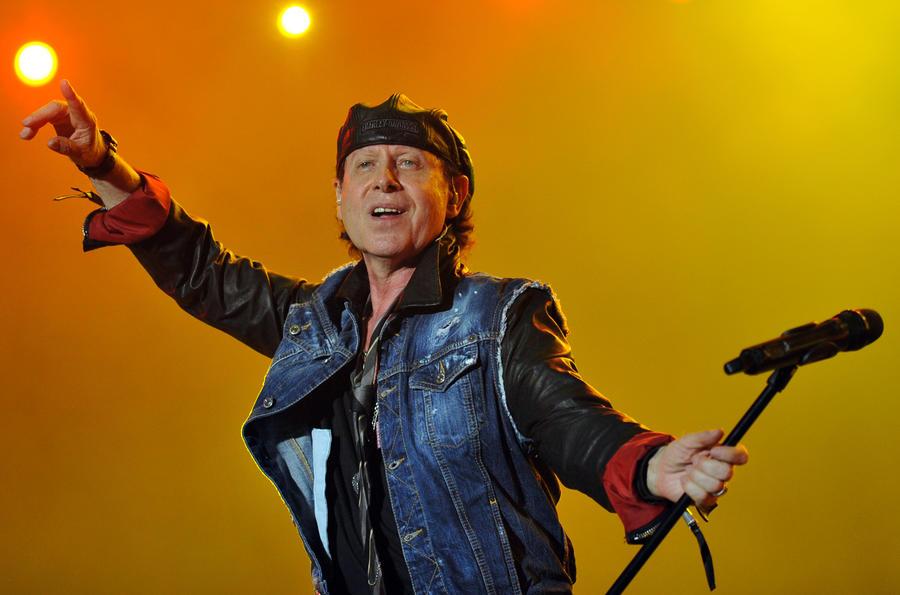 Солист группы Scorpions спел для тяжелобольного поклонника из России