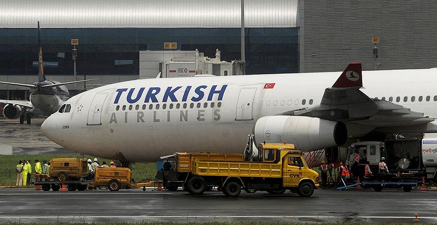 Турецкий самолет совершил аварийную посадку после попадания молнии. Видео из салона лайнера