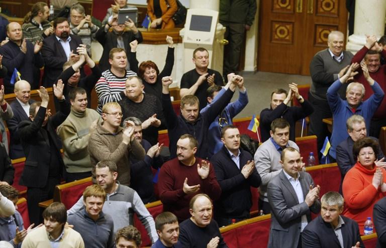 Верховная рада проголосовала за возврат к Конституции 2004 года