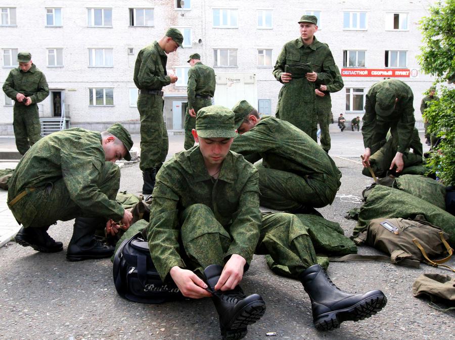 Российские новобранцы пойдут в армию с электронными картами
