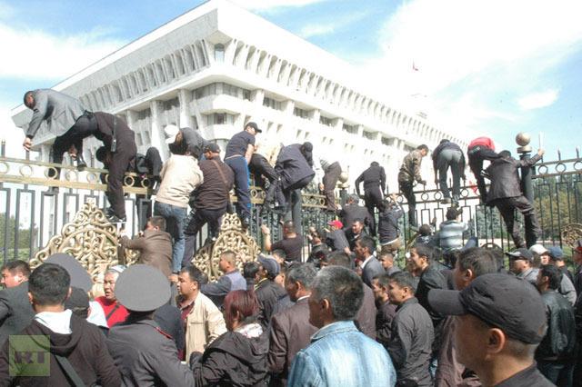 Более десяти человек ранены при попытке штурма киргизского парламента