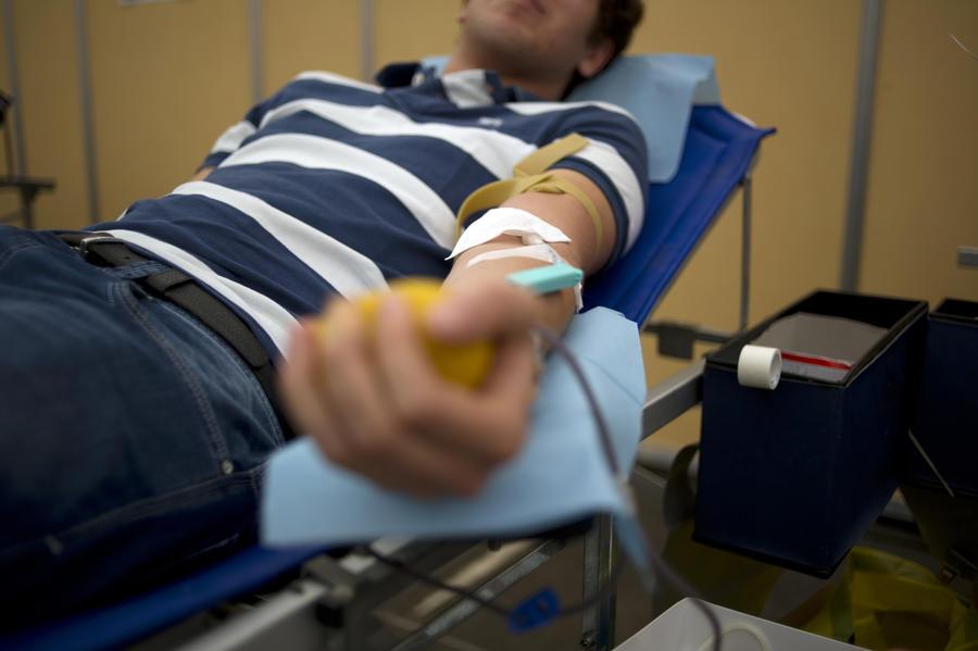 Голубая кровь: американские врачи намерены вернуть геям право на донорство