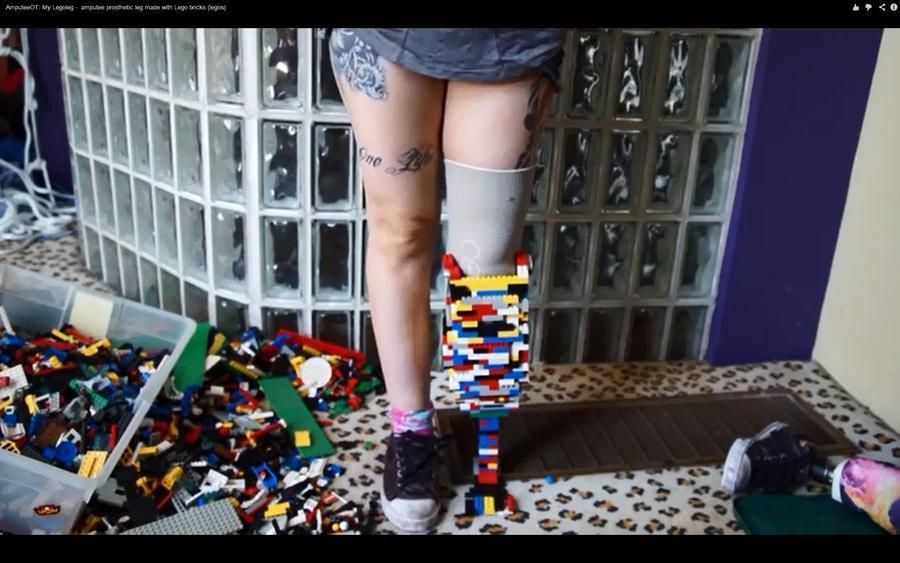 Девушка собрала себе ногу из конструктора LEGO