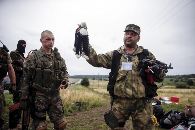 Украинские СМИ назвали мародёрами ополченцев, оплакивающих погибших с малайзийского лайнера
