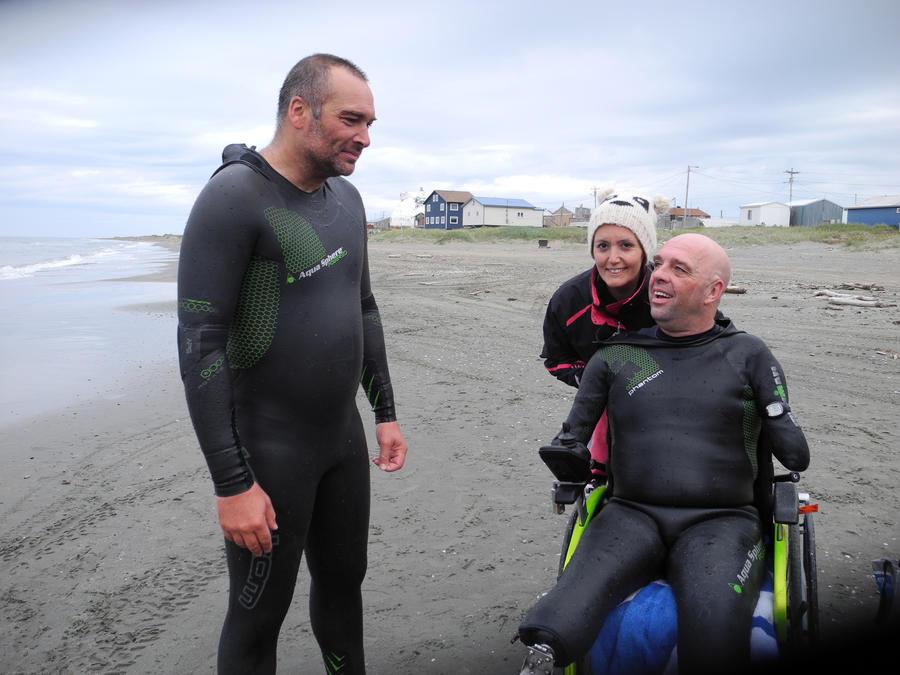У французского инвалида без рук и ног, переплывшего Ла-Манш, украли инвалидную коляску