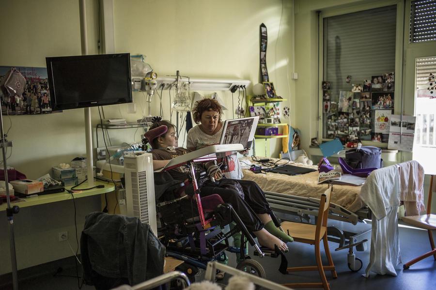Во Флориде для экономии средств детей-инвалидов держат в домах престарелых