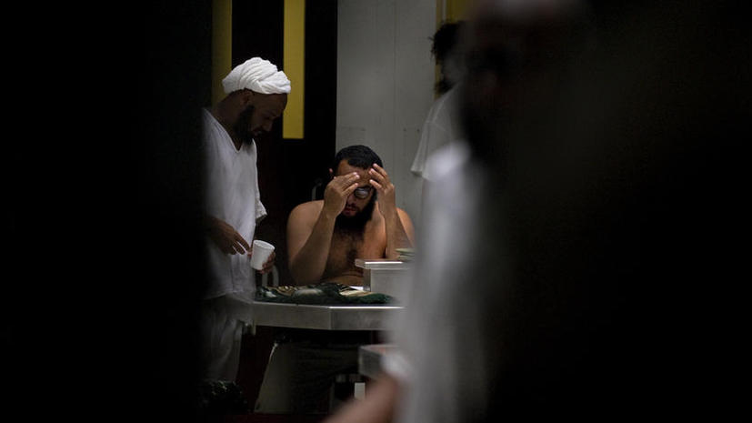 Узники Гуантанамо объявили голодовку из-за конфискации Корана