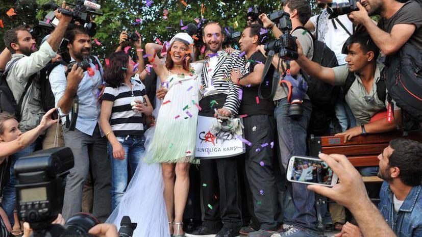 Стамбульская полиция применила водомёты для разгона свадьбы