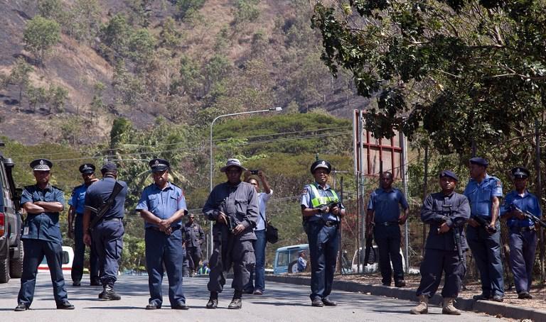 Один человек погиб, 77 ранены в результате столкновений в лагере беженцев на острове Манус