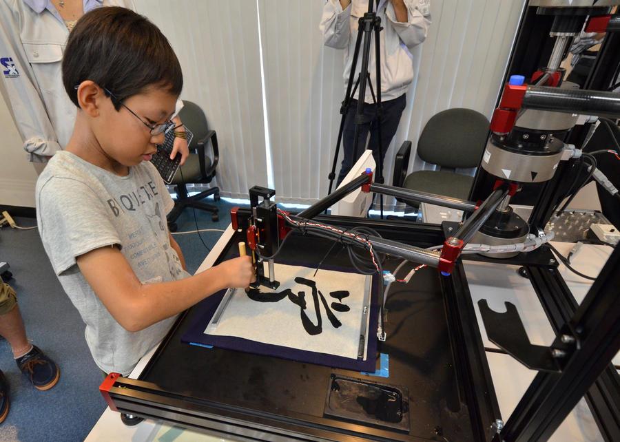 Японский робот учит детей каллиграфии быстрее, чем преподаватели