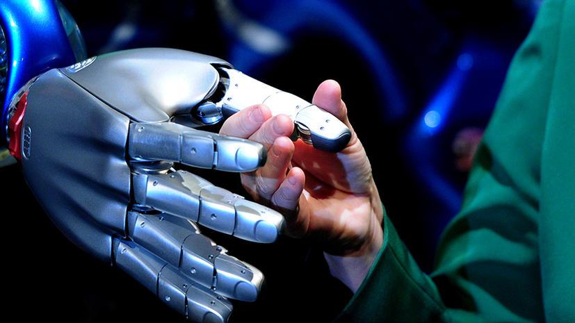 Парализованная женщина научилась управлять искусственной рукой силой мысли