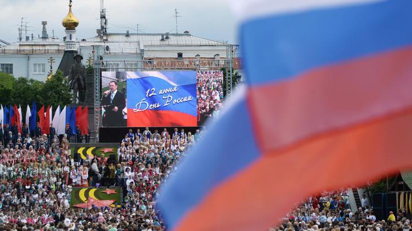 Триколоры, «Русские витязи» и шашлыки: страна отмечает День России