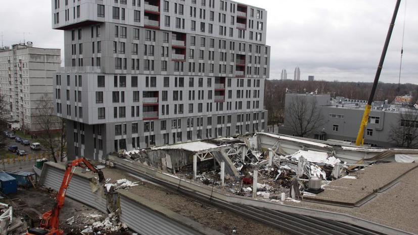 Жилой дом по соседству с обрушившимся торговым центром в Риге может рухнуть в любую минуту